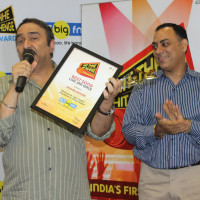 Sanjeev Kohli with the Hit The Hit Rahenge Trophy and National programming head, RBNL, Mr. Atul Razdan