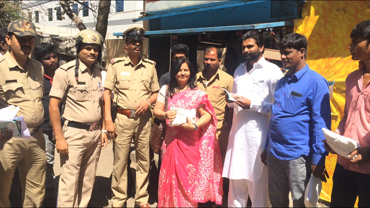 Dr Shalini Joshi along with Bengaluru Police and public with Tobacco cessation kit