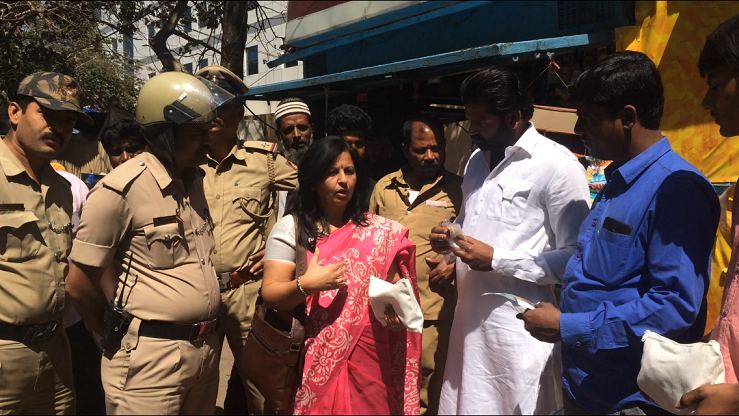 Dr Shalini Joshi counselling public on ill effects of tobacco
