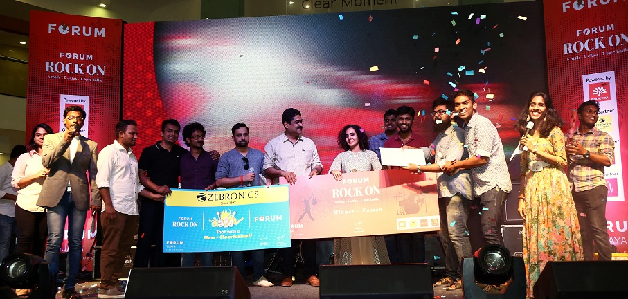 Fusion Winners - Band Vidyut LtoR - Mr. Vishal chandrasekar, Music Director, Umeash Iyer, General Manager Forum Vijaya Mall and Ms.Kavya Ajith, Singer