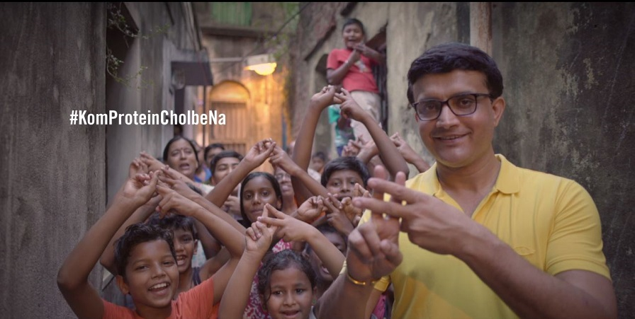 Dada walks the streets of Kolkata with Complan to tell all kids and parents why #KomProteinCholbeNa