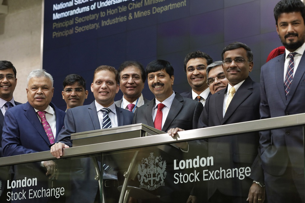 Vikram Limaye, MD & CEO, NSE & Nikhil Rathi, CEO, LSE Plc sign MoU on 21 Sep 2018 at London in the presence of Govt of Gujarat, Gift City officials and other officials
