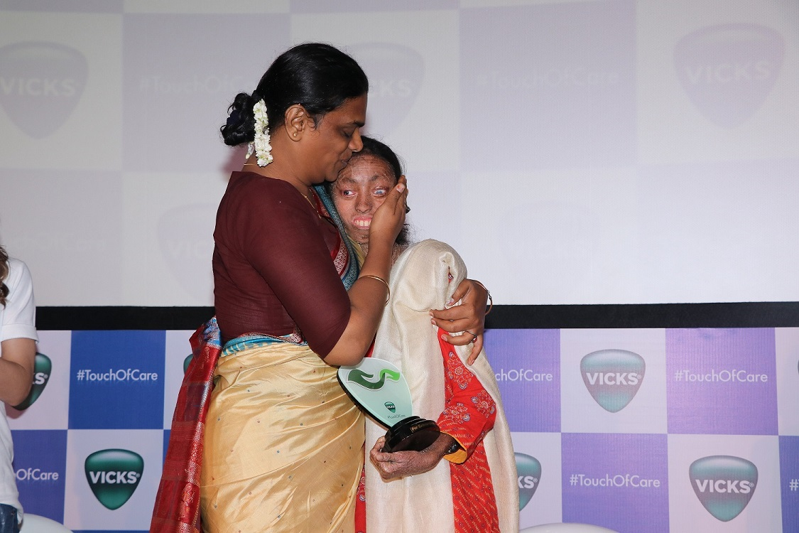 One in a million star- Nisha Lobo with Vicks Ad Mom Gauri Sawant (Transgender Activist) at the launch of Vicks #TouchOfCare campaign (2)